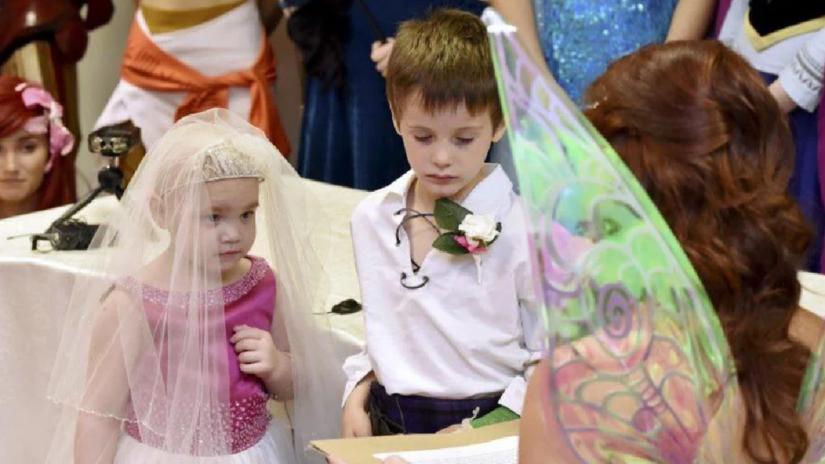 Pequeña con cáncer terminal cumplió su más grande deseo, 'casarse' con su mejor amigo
