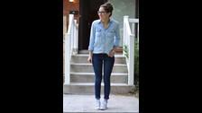 Utiliza colores monocromáticos, usando jeans y blusa de mezclilla.  El uso de un sólo color de pies a cabeza puede ayudarte a crear una silueta alargada, dando la ilusión de que tienes más altura.