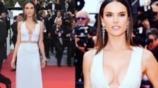 Alessandra Ambrosio posó con un vestido plateado y detalles 'cut-outs'.