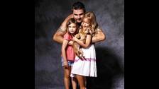 Juanes tiene dos hijas con su esposa Karen Martínez, Luna y Paloma.