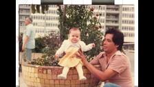 Angie Palomino, locutora de Reina de Corazones, junto a su papá cuando tenía 1 año de edad.