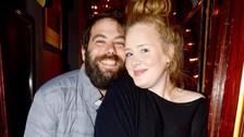 Adele es una estrella con los pies en la tierra y buena culpa de ello la tiene su pareja, Simon Konecki. Llevan juntos desde 2011 y tienen un hijo, Angelo.