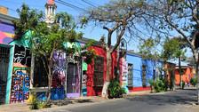 Barranco, Perú.  En el día, podrás disfrutar de los mejores restaurantes de comida peruana en un ambiente familiar y tranquilo, pero una vez que cae la noche, el lugar se transforma para darle vida a cientos de discotecas y bares de todos los tamaños, géneros y gustos.
