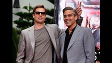 Brad Pitt y George Clooney . Se conocieron mejor después de filmar Oceans 11 y comenzaron una graciosa amistad. Tienen una amistad que, además de incluir cientos de bromas, también incluye una apreciación increíble por el ser humano que tienen a su lado.
