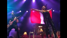 Leire con la bandera peruana en las manos