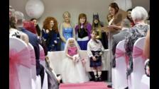 La pequeña vestía un bello vestido rosa y blanco. Mientras que Harry usaba un traje típico escocés.