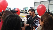 Axel lució un lindo poncho peruano en el momento de su llegada a Arequipa