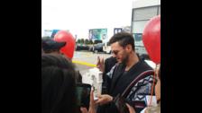 Sus fans fueron a darle la bienvenida al aeropuerto.