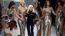 Carla Bruni, Claudia Schiffer, Naomi Campbell, Cindy Crawford y Helena Christensen aparecían enfundadas en vestidos dorados mostrando que su belleza sigue intacta desde la década de los noventa.