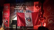 Manuel Medrano dio concierto íntimo en Lima y posó orgulloso con la bandera peruana