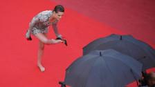 Cannes: Kristen Stewart rompe protocolos y camina descalza en la alfombra roja