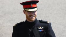 La última rebeldía de Harry antes de su boda: usar uniforme y casarse con barba