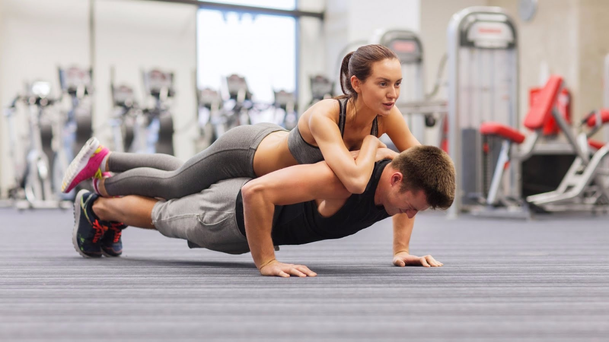 4 ejercicios para bajar de peso y tonificar en pareja